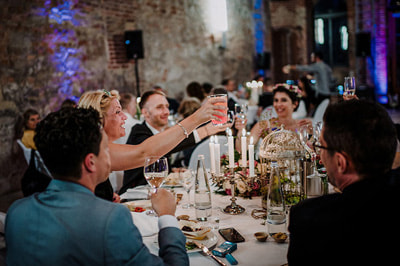 Wedding ceremony wedding photographer - ensure the guests' spontaineity