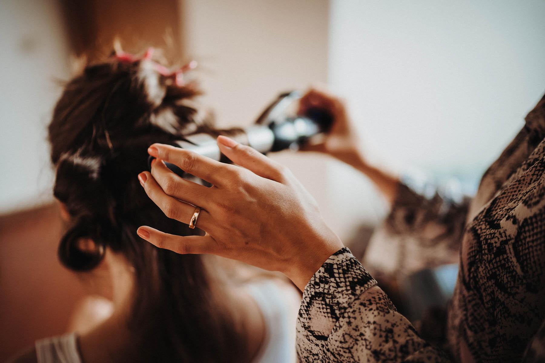 Foto_Hochzeitsvorbereitung_Braut_Haar