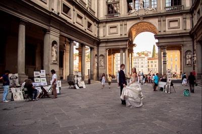 fotografo di matrimonio in Toscana sposa e sposo Uffizi