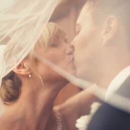 Empfang_braut_happy_gluglich__farbe_kinder_garten_wedding_hochzeit_veil