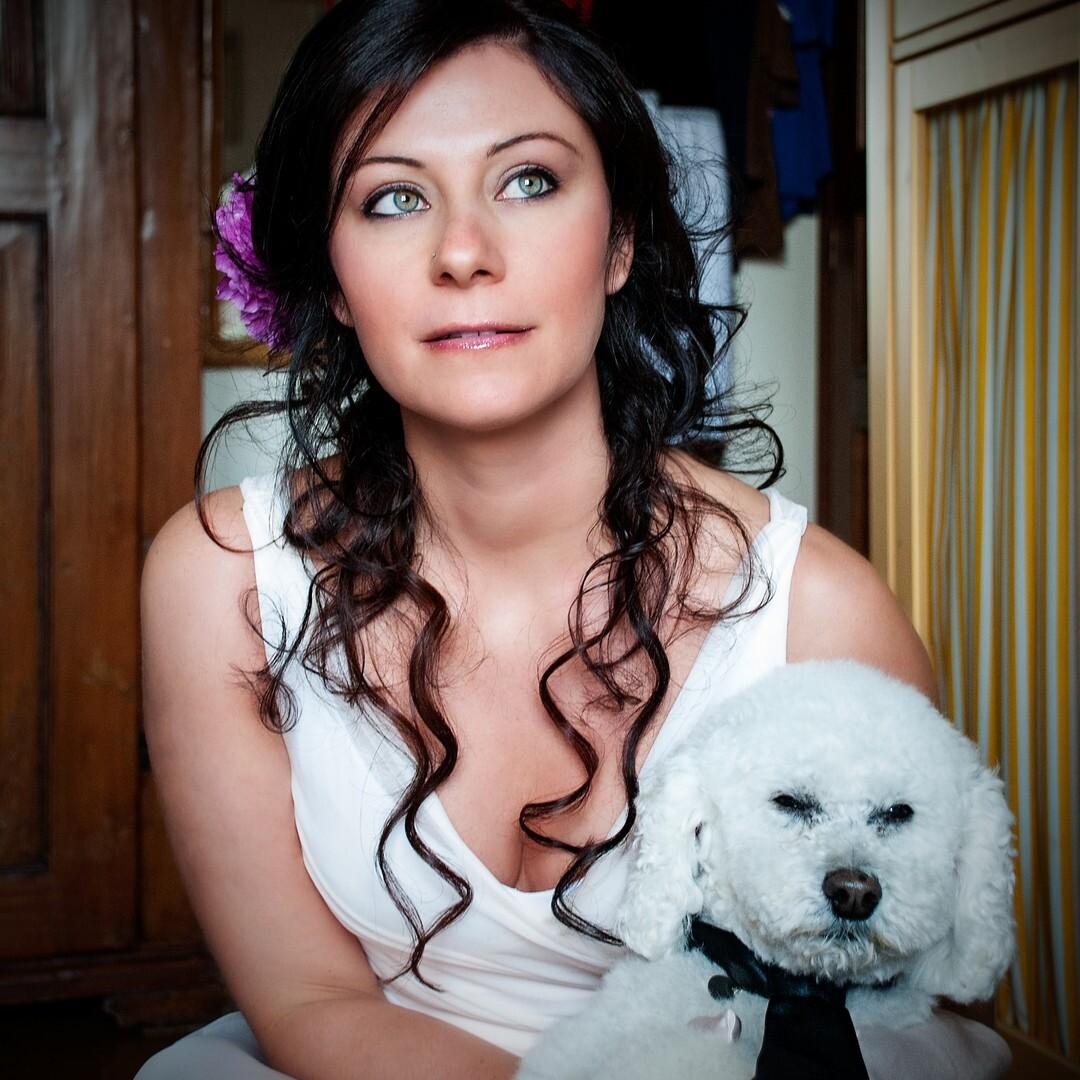braut_portraet_hochzetskleid_emanuele_pagni_wedding_photographer_blumen_hund_pet_emanuele_pagni_photography_vorbereitung_berlin_florenz_wohnung_berlin_hamburg_muenchen_stuttgart