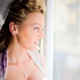 reflexion__florenz_portraet_fenster_wedding_hochzeitskleid_hochzeitsfotograf_berlin_prenzlauer_berg