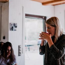 Hochzeit_Fotograf_Vorbereitung_Braut_Haare_Kaffee