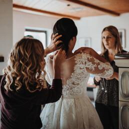 Hochzeit_Fotograf_Vorbereitung_Hilfe_Brautkleid anziehen
