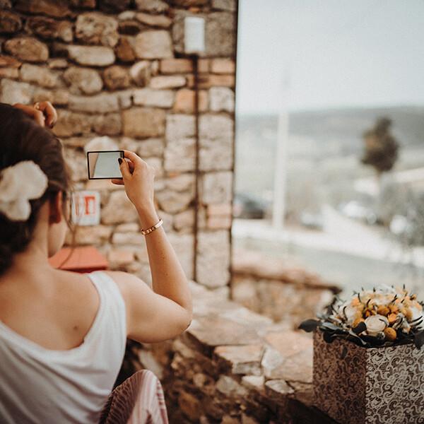Hochzeitsfotograf_Getting_ready_Braut_mit_kleinem_Spiegel