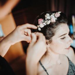 Hochzeitsfotograf_Vorbereitung_Anbringen_von_Brautkranz