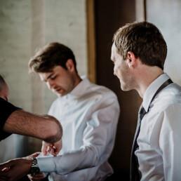 Hochzeitsfotograf_Vorbereitung_Braeutigam_Manschetten_Freunde