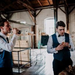 Hochzeitsfotograf_Vorbereitung_Braeutigam_Staerkung