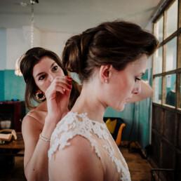 Hochzeitsfotograf_Vorbereitung_Braut_Freundin_Haar_korrigieren