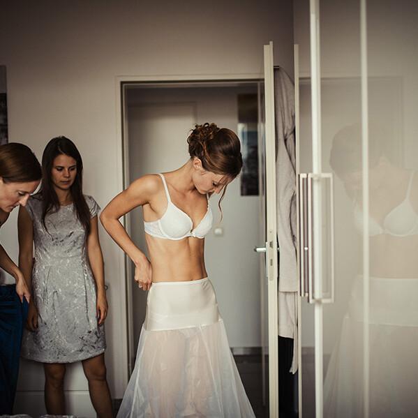 Hochzeitsfotograf_Vorbereitung_Braut_Kleid_Anziehen