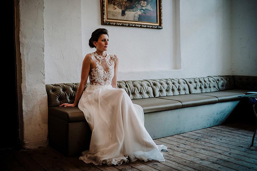 Hochzeitsfotograf_Vorbereitung_Braut_elegant_Ausruhen