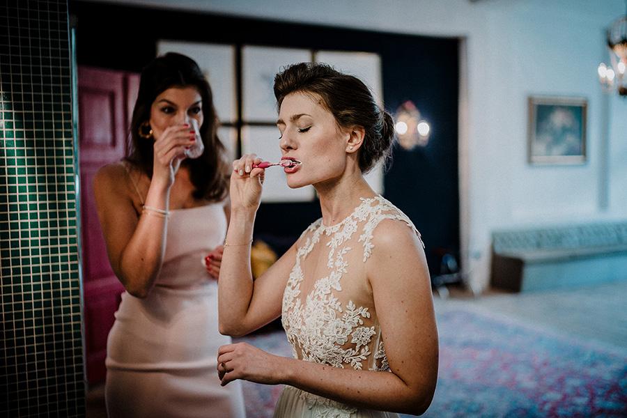 Hochzeitsfotograf_Vorbereitung_Braut_lustig_Zaehne_putzen