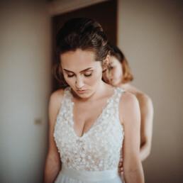 Hochzeitsfotograf_Vorbereitung_Braut_mit_Mutter_Brautkleid_schnueren