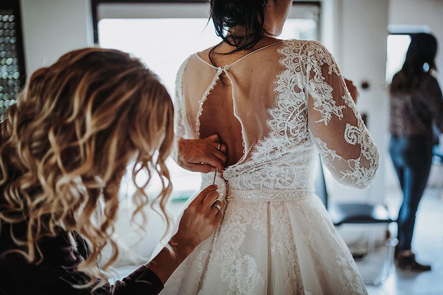 Hochzeitsfotograf_Vorbereitung_Hilfe_Brautkleid anziehen