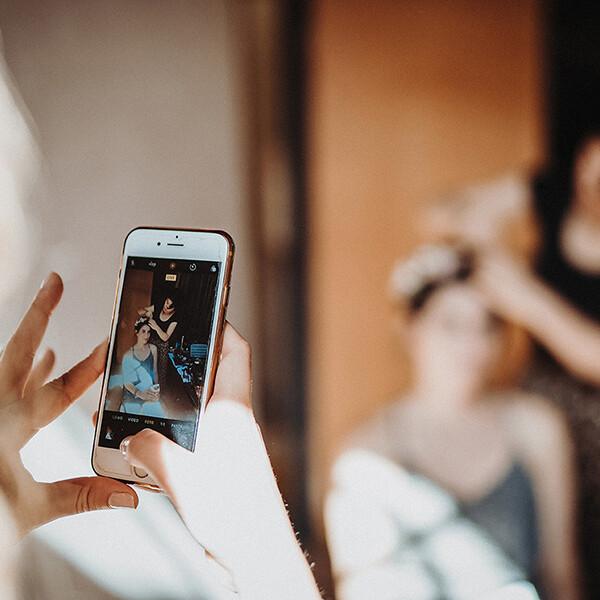 Hochzeitsfotograf_Vorbereitung_Mutter_fotografiert_Anbringen_von_Brautkranz