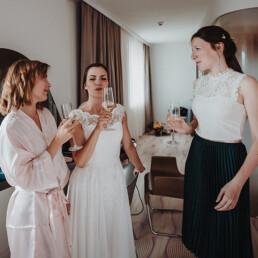 Hochzeitsfotografie_Vorbereitung_Braut_mit_Freundinnen_Sekt