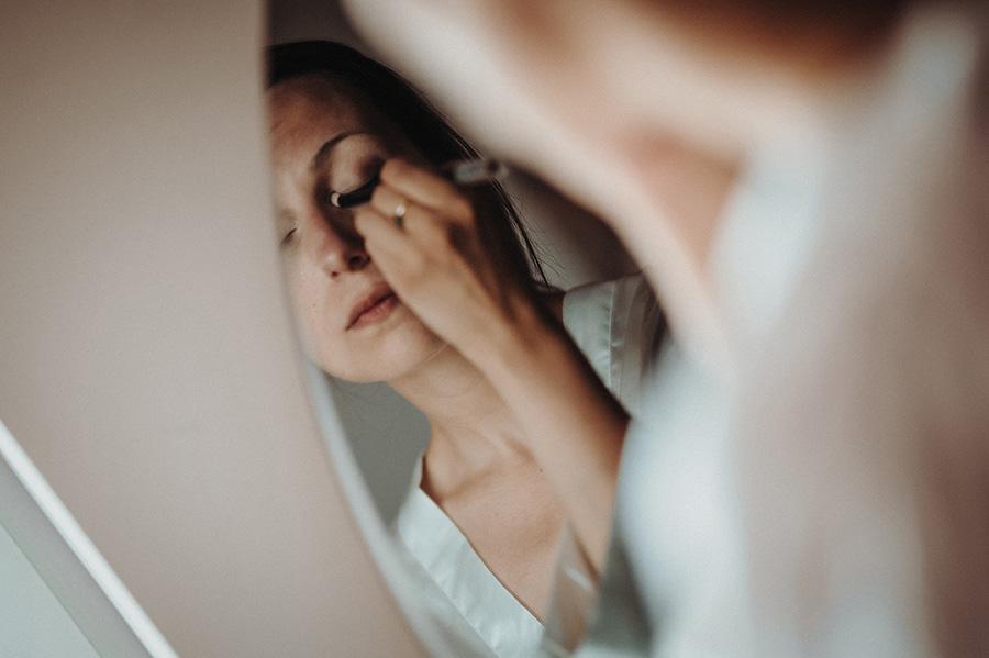 Hochzeitsfotografie_Vorbereitung_Braut_vorm_Spiegel_Make-up