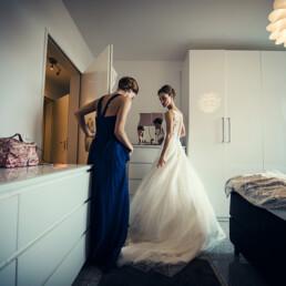 Wedding_getting_ready_bride_beautiful_wedding_dress