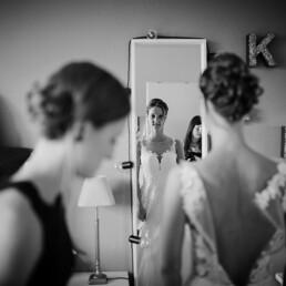 Wedding_getting_ready_bride_mirror