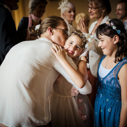 getting_ready_wedding_day_mother_doughters_love_kiss_color_private_moments_brautjungfer_tochter_kiss_bride