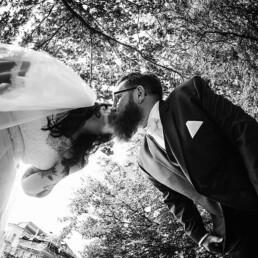 Empfang_braut_braeutigam_happy_gluecklich_kuss_garten_wedding_hochzeit_kunst_sw