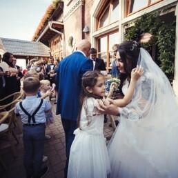 Empfang_braut_happy_gluecklich__farbe_kinder_garten_wedding_hochzeit