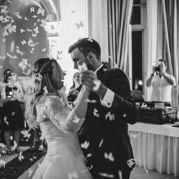 Empfang_braut_happy_gluecklich__farbe_kinder_garten_wedding_hochzeit_restaurant_kunst_hochzeit_fotograf_reportage_tanz