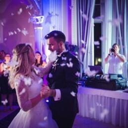 Empfang_braut_happy_gluecklich__farbe_kinder_garten_wedding_hochzeit_restaurant_kunst_tanz_hochzeitstanz_mann