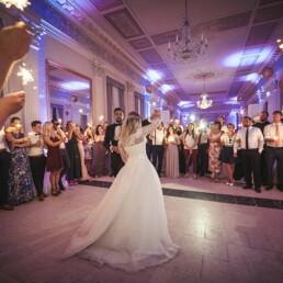 Empfang_braut_happy_gluecklich_farbe_kinder_garten_wedding_hochzeit_restaurant_kunst_tanzen_hochzeit_fotograf