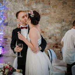 Foto_Hochzeitsfeier_Brautpaar_Kuss