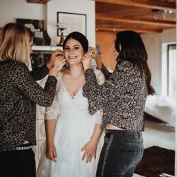 Hochzeit_Fotograf_Vorbereitung_Braut_Hilfe_Ohrringe