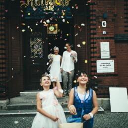 Hochzeit_rice_party_rathaus_emanuele_pagni_trixie_huebschmann