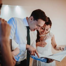Hochzeitsfotograf_Berlin_Brautpaar_Empfang_Freude_Geschenk