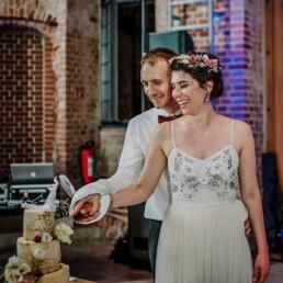 Hochzeitsfotograf_Berlin_Brautpaar_schenidet_Hochzeitstorte