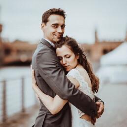 Hochzeitsfotograf_Berlin_Fotosession_Oberbaumbruecke_Braut_und_Braeutigam