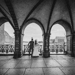 Hochzeitsfotograf_Berlin_Fotosession_Oberbaumbruecke_Brautpaar_sw