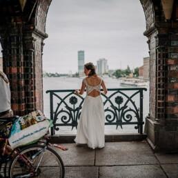 Hochzeitsfotograf_Berlin_Fotosession_Oberbaumbruecke_Warschauer_Strasse_Braut