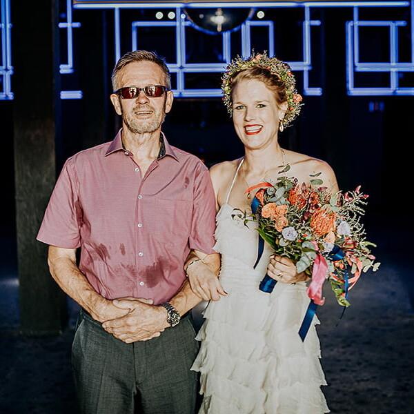 Hochzeitsfotograf_Berlin_Hochzeit_im_Osthafen_Zeremonie_Brautpaar_Toast_Sekt
