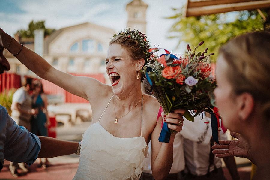 Hochzeitsfotograf_Berlin_Hochzeit_im_Osthafen_Braut_feiert