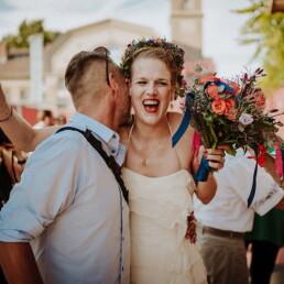 Hochzeitsfotograf_Berlin_Hochzeit_im_Osthafen_Braut_nach_der_Zeremonie_Gratulant