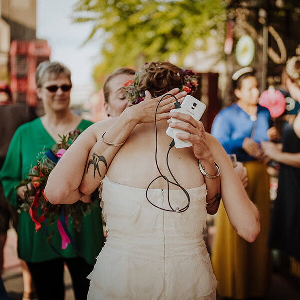 Hochzeitsfotograf_Berlin_Hochzeit_im_Osthafen_Braut_nach_der_Zeremonie_Gratulantin