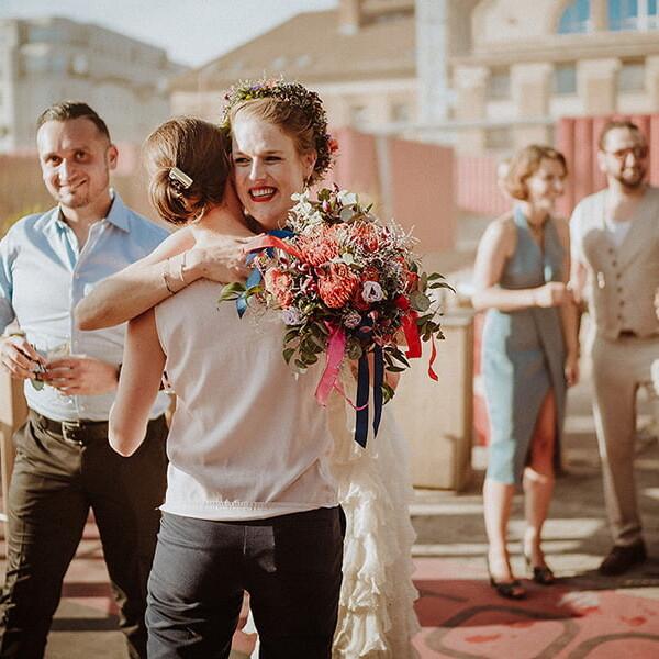 Hochzeitsfotograf_Berlin_Hochzeit_im_Osthafen_Brautpaar_nach_der_Zeremonie_Freundin