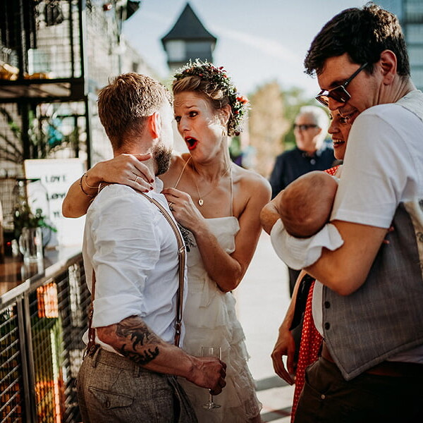 Hochzeitsfotograf_Berlin_Hochzeit_im_Osthafen_Brautpaar_nach_der_Zeremonie_lustig_Baby
