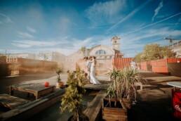 Hochzeitsfotograf_Berlin_Hochzeit_im_Osthafen_Brautpaar_spektakulaerer_Himmel