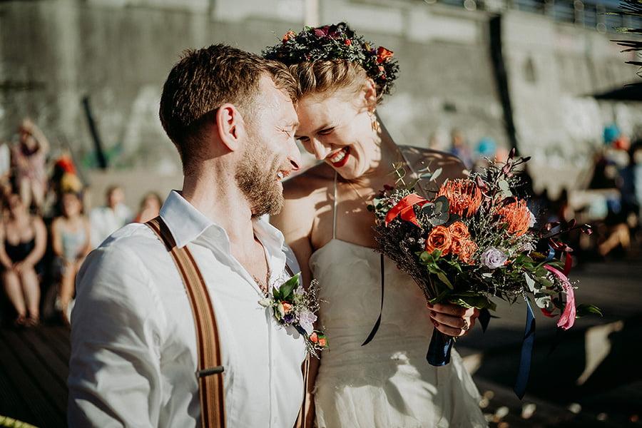 Hochzeitsfotograf_Berlin_Hochzeit_im_Osthafen_Zeremonie_Brautpaar_Glueck