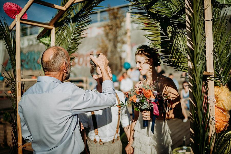 Hochzeitsfotograf_Berlin_Hochzeit_im_Osthafen_Zeremonie_Brautpaar_Kelch