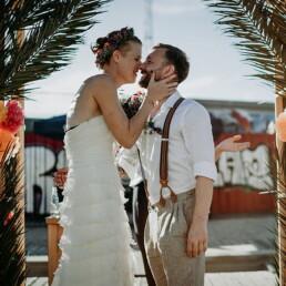 Hochzeitsfotograf_Berlin_Hochzeit_im_Osthafen_Zeremonie_Brautpaar_Kuss