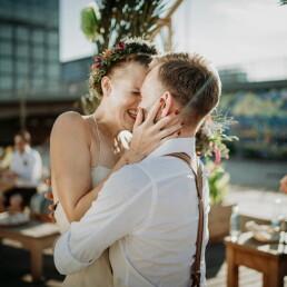 Hochzeitsfotograf_Berlin_Hochzeit_im_Osthafen_Zeremonie_Brautpaar_Liebe