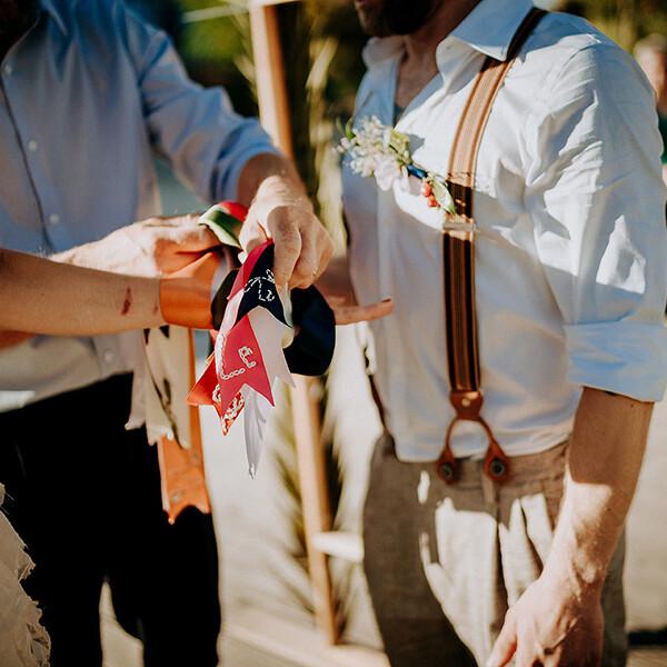 Hochzeitsfotograf_Berlin_Hochzeit_im_Osthafen_Zeremonie_Brautpaar_Schleife