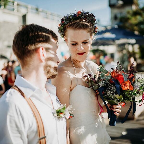 Hochzeitsfotograf_Berlin_Hochzeit_im_Osthafen_Zeremonie_Brautpaar_Strauss